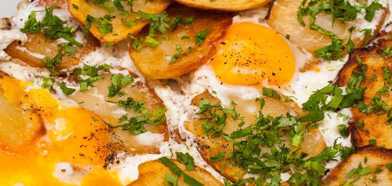 Запеченные яйца с картофелем