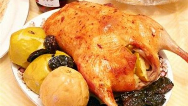 Курица с яблоками и черносливом в соевом соусе
