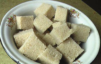 Хлеб режу на маленькие кусочки