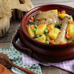 Курица с овощами под сырно-сметанным соусом в горшочках