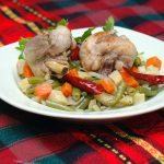Фасоль с курицей и овощами