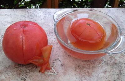 снимаем кожицу с помидор