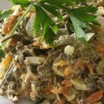 Салат из говяжьей печени с овощами