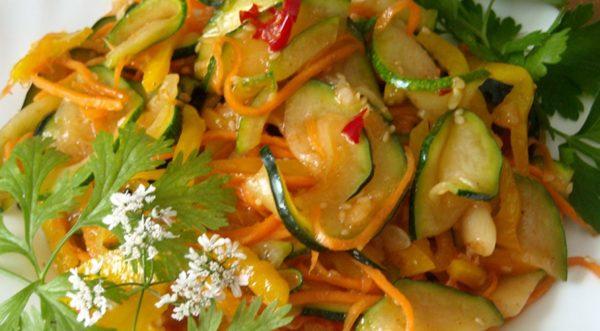 Тушеный салат с кабачками